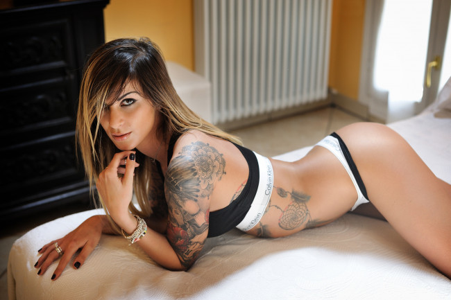 Women Blonde Long Hair In Bed Tattoo Black Beeg Com 1